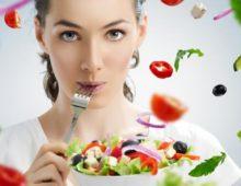 девушка ест диетические овощи