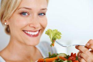 девушка есть здоровую еду