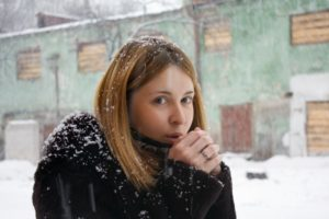 женщина замерзла
