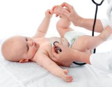 новорожденный на осмотре