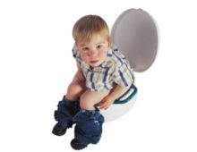 ребенок сидит на горшке