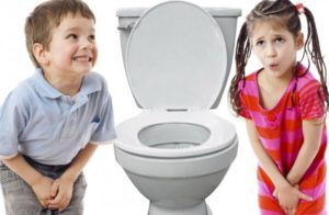 девочка и мальчик возле унитаза