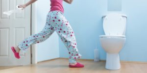 девушка бежит в туалет