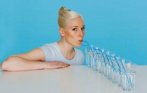 женщина пьет много воды