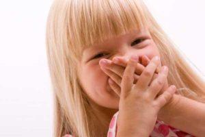 девочка закрывает нос