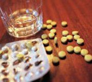 таблетки и стакан с алкоголем