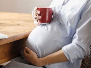 беременная пьет чай