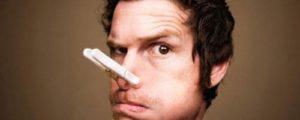 прищепка на носу у мужчины